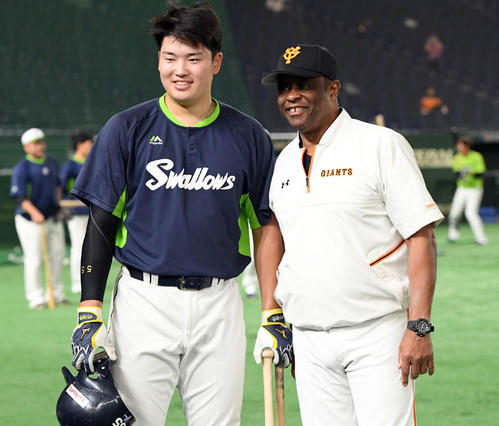 試合前、記念撮影に納まるヤクルト村上宗隆(左)と巨人ウォーレン・クロマティ氏(撮影・たえ見朱実)