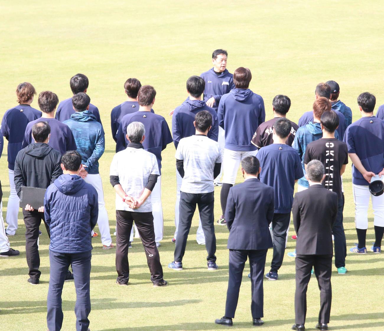 練習前に選手らの前で訓示した日本ハム栗山監督(撮影・木下大輔)