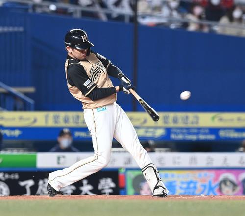 ロッテの日本ハム2回表日本ハム無事ルー、左越え2点本塁打を放つ清水(撮影・鈴木みどり)