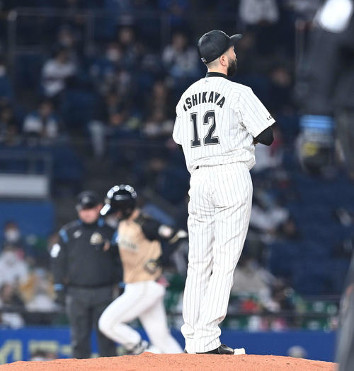 ロッテの日本ハム2回表日本ハム無事ルー清水に左越え2点本塁打を受ける石川(撮影・鈴木みどり)