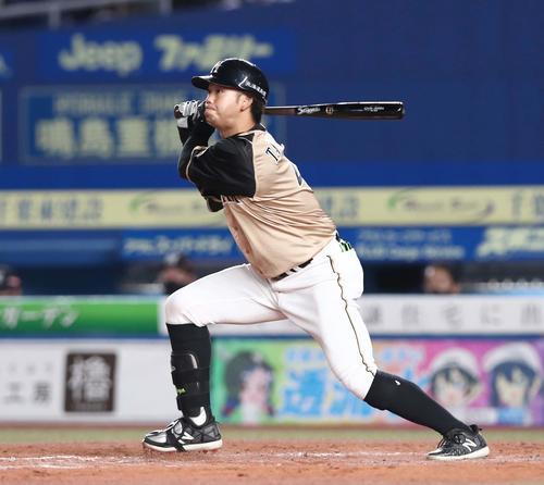 ロッテの日本ハム4回表日本ハム無事、左越え塁打を放つ谷口(撮影・黒川智章)