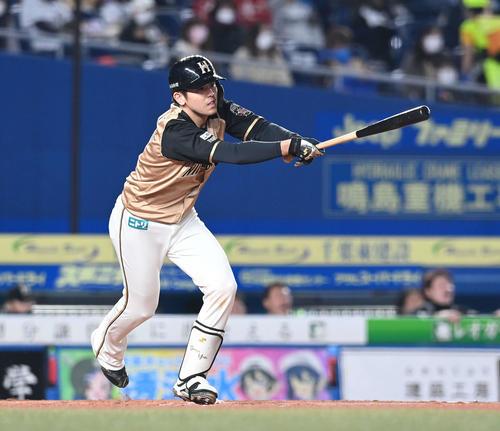 ロッテの日本ハム4回表日本ハム1社塁右前適時打を放つ清水(撮影・鈴木みどり)