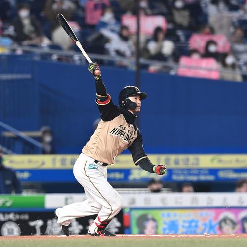 ロッテの日本ハム6回表日本ハム2社塁、右タイムリー二塁打を放つ西(撮影・鈴木みどり)