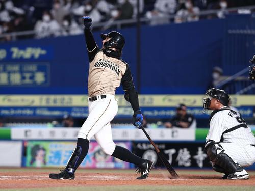 ロッテの日本ハム9回表日本ハム2死1塁、右中間に2点本塁打を放つ大田(撮影・黒川智章)