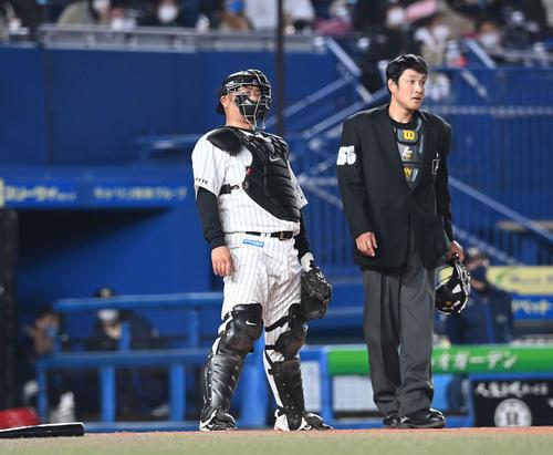 ロッテの日本ハム9回表日本ハム2死1塁、大田に右越え2点本塁打を浴びて打球を見るキャッチャー細川(撮影・鈴木みどり)