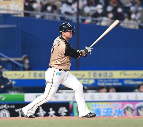ロッテの日本ハム9回表日本ハム1死1塁の中間日に倒れる中田(撮影・鈴木みどり)