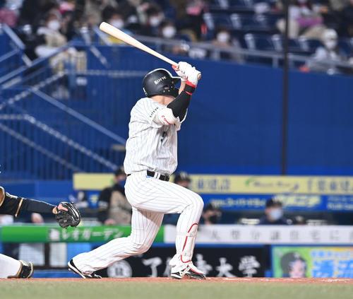 ロッテ対日本ハム1回裏ロッテ1社2 3塁左犠牲フライを放つ安田(撮影・鈴木みどり)