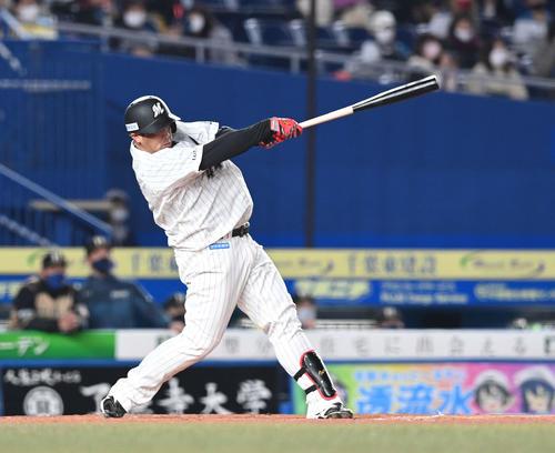 ロッテ対日本ハム1回裏ロッテ2死1塁、右越え2点本塁打を放つ井上(撮影・鈴木みどり)