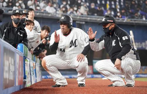 ロッテ対日本ハム1回裏ロッテ2死1塁、右越え2点本塁打を放った井上(中央)は、細川(右)と一緒に「混ぜて