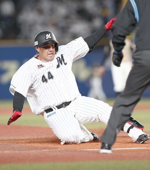 ロッテ対日本ハム1回裏ロッテ2死1塁、右方向の打球に塁に滑って入っても右越え2点本塁打となる井上(撮影・黒川智章)