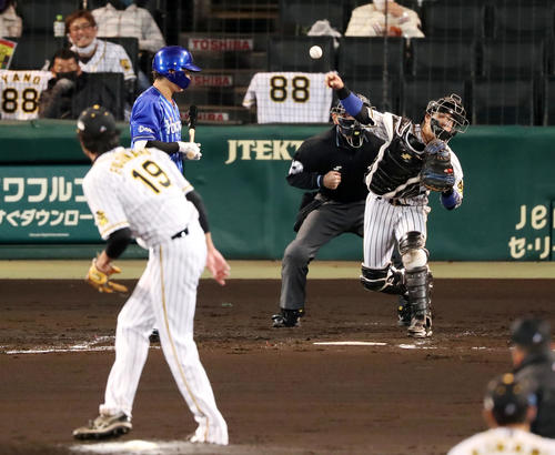 阪神大DeNA 3回表DeNA2死1塁、右め打者神里ときに走行大和盗を刺す(撮影・加藤初)