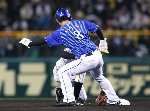 阪神大DeNA 4回表DeNA無事呂、フジナミの牽制で一塁手上田(左)にタッチされてアウトになる塁走者神里(撮影・神山純一)