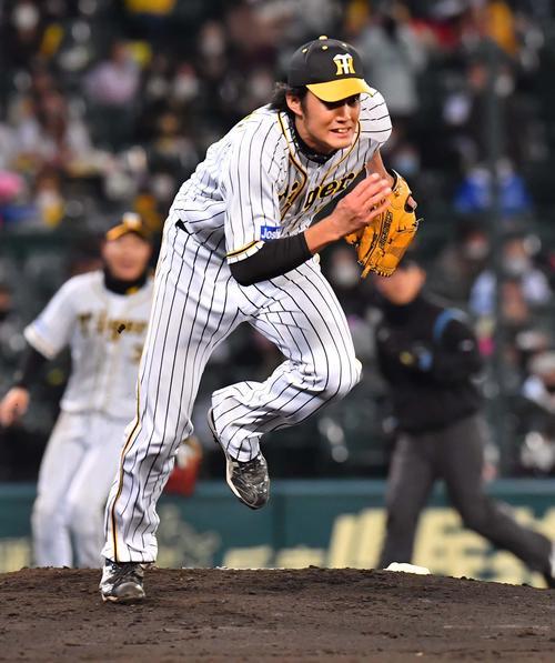 阪神大DeNA 5回表DeNA無事ルー中井の打球をキャッチから飛び出して猛ダッシュでマウンドをかけ下がるフジナミ(撮影・上田宏)