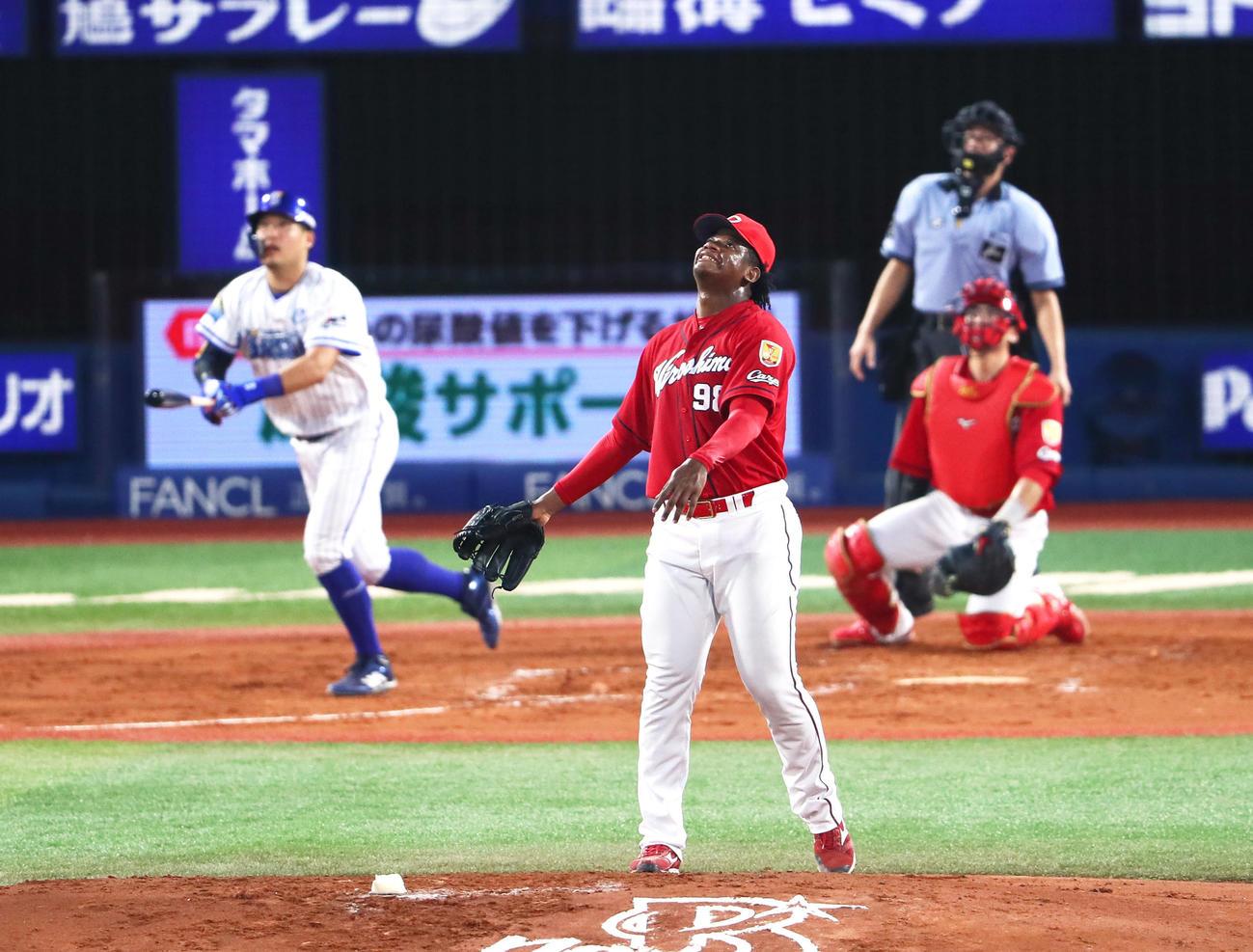 DeNA対広島 2回裏DeNA1死一塁、筒香に右越え2点本塁打を浴びるモンティージャ(2019年8月17日撮影)