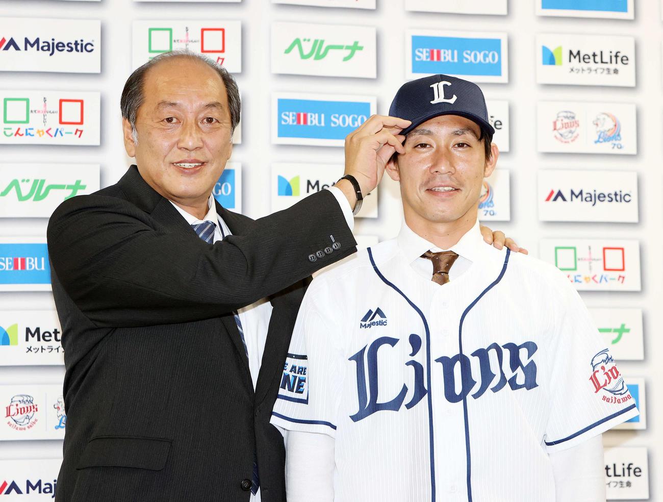 入団会見後、渡辺GM(左)と写真に納まる西武吉川(撮影・鈴木正人)