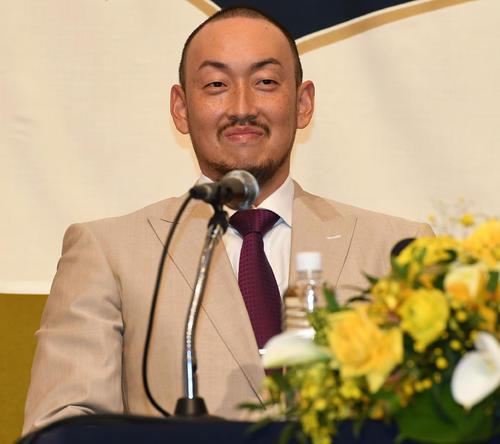 オリックス入団会見を行い笑顔で記者の質問に答える平野(撮影・前岡正明)