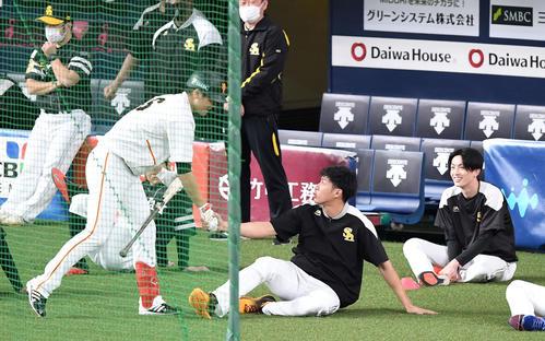 巨人、ソフトバンク握手巨人坂本(左)とソフトバンク柳(中央)(撮影・横山健太)