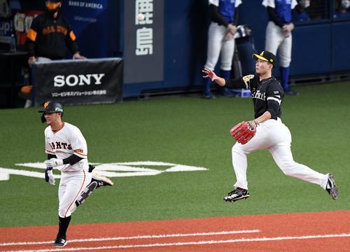 巨人、ソフトバンクの3回裏巨人1死2塁吉川久(左)のゴロをキャッチ1塁送球する千賀(撮影・横山健太)