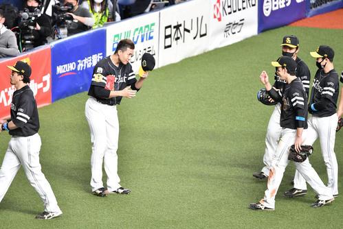 巨人、ソフトバンク5回裏巨人2死1塁、吉川出右日を捕球した栗原(右)帽子を取って迎え千賀(撮影岩の下翔太)