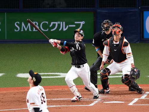 巨人ソフトバンク2回表ソフトバンク無事ルー、右越え2点本塁打を放つ栗原(撮影・横山健太)
