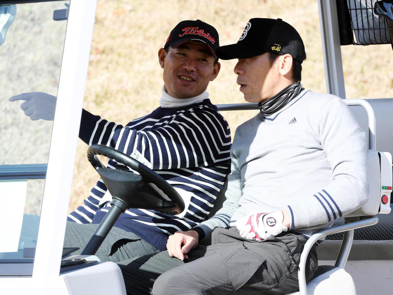 福留(左)はティーショットの待ち時間に荒木(右)と談笑する(2018年12月5日)