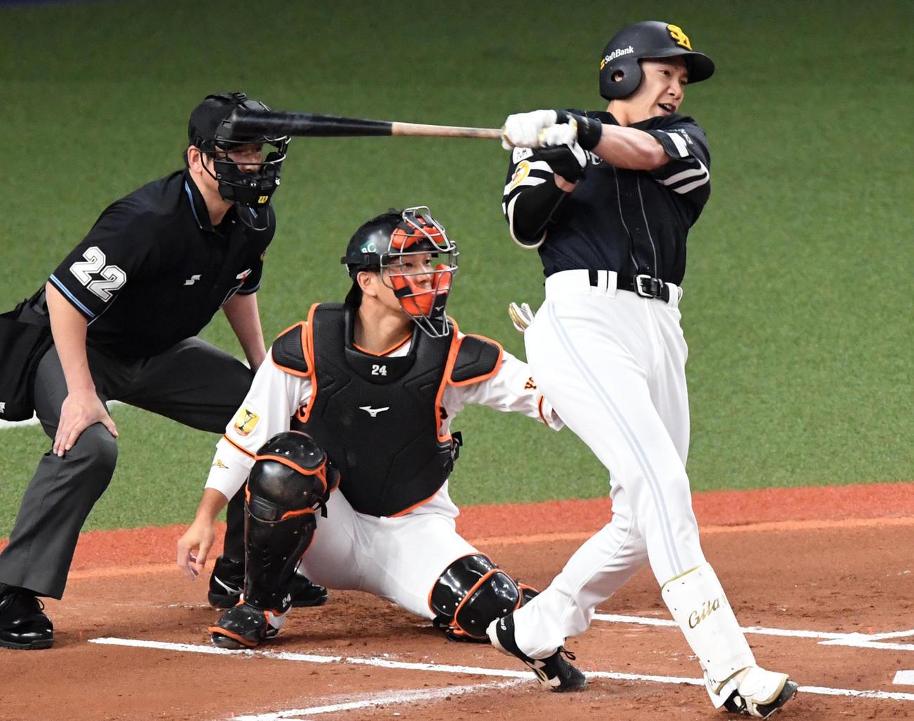巨人対ソフトバンク 1回表ソフトバンク1死二塁、柳田は先制の中越え適時二塁打を放つ(撮影・前岡正明)