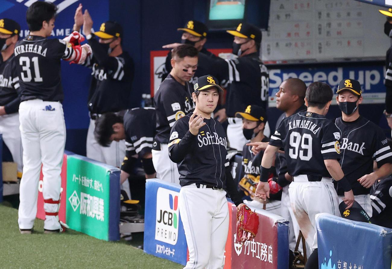 巨人対ソフトバンク 1回表ソフトバンク1死一塁、柳田の適時打で先制しベンチ前で表情を引き締める石川(撮影・垰建太)