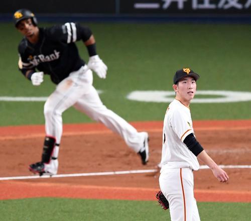 巨人対ソフトバンク 3回表ソフトバンク無死一塁、グラシアル(後方)に左中間へ2点本塁打を浴び打球を見上げる戸郷(撮影・横山健太)