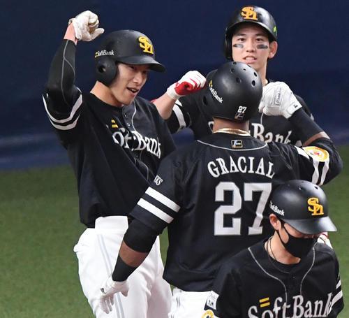 巨人対ソフトバンク 3回表ソフトバンク無死一塁、左中間に2点本塁打を放ったグラシアル(手前から2人目)を笑顔で迎える柳田(左)と栗原(右)(撮影・前岡正明)