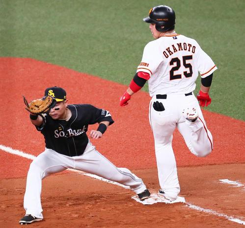 巨人対ソフトバンク 4回裏巨人1死、遊撃への当たりで一度は一塁セーフ判定もリクエストで判定が覆りアウトとなる岡本(右)。一塁手中村晃(撮影・足立雅史)