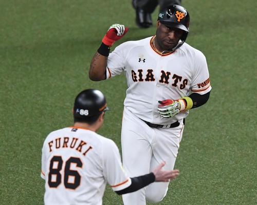 巨人対ソフトバンク 5回裏巨人1死一塁、ウィーラーは右越え2点本塁打を放ちガッツポーズ(撮影・前岡正明)