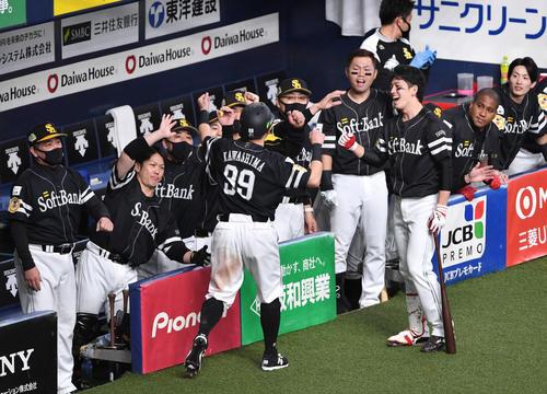 日本シリーズ巨人対ソフトバンク第2戦 1回表ソフトバンク1死一塁、柳田の中越え二塁打で先制のホームを踏んだ川島(背番号99)を笑顔で迎えるソフトバンクナイン(撮影・岩下翔太)