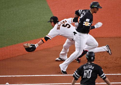 日本シリーズ巨人対ソフトバンク第2戦 1回表ソフトバンク1死二塁、グラシアル(右)の二塁内野安打で吉川尚が悪送球、二塁走者が生還した(撮影・岩下翔太)