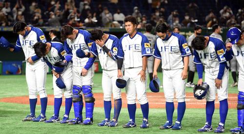 JFE東日本対三菱自動車倉敷オーシャンズ 敗れたJFE東日本・今川(左から5人目)らナインはがっくりする(撮影・柴田隆二)