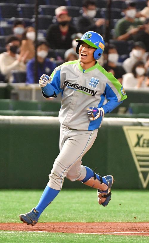 セガサミー対トヨタ自動車 2回表セガサミー1死一塁、北阪は右越えに本塁打を放ち笑顔で生還する(撮影・柴田隆二)