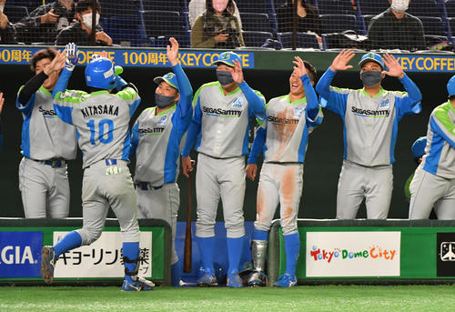 セガサミー対トヨタ自動車 2回表セガサミー1死一塁、北阪は右越えに本塁打を放ちナインの出迎えを受ける(撮影・柴田隆二)