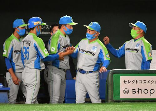 セガサミー対トヨタ自動車 都市対抗初勝利にコーチ陣と握手するセガサミー・西田監督(右から2人目)(撮影・柴田隆二)
