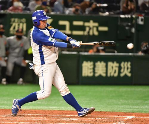 JFE東日本対三菱自動車倉敷オーシャンズ 4回表JFE東日本2死一、二塁、猪田は右前に適時打を放つ(撮影・柴田隆二)