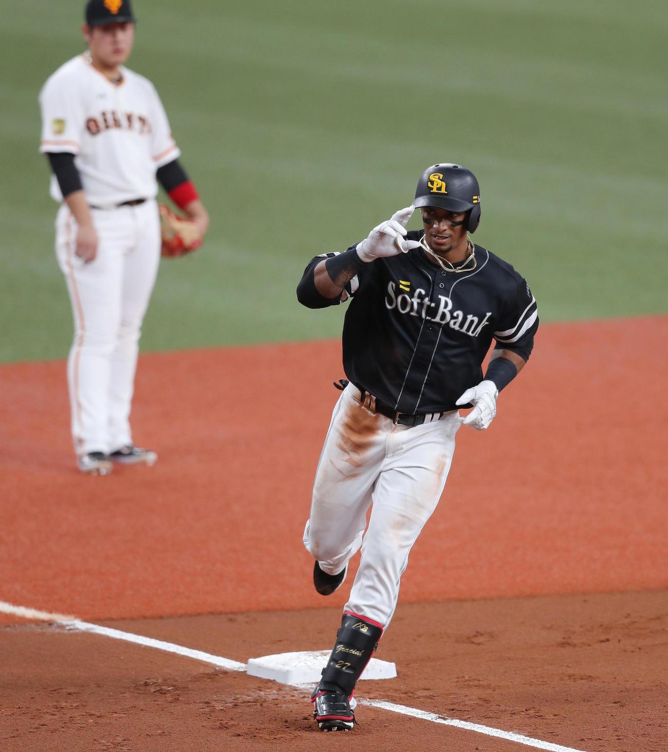 日本シリーズ2020第2戦 巨人対ソフトバンク 3回表ソフトバンク無死一塁、左中間へ2点本塁打を放ち、三塁をまわりポーズを決めるジュリスベル・グラシアル。後方は見つめる三塁手岡本和真(撮影・前田充)
