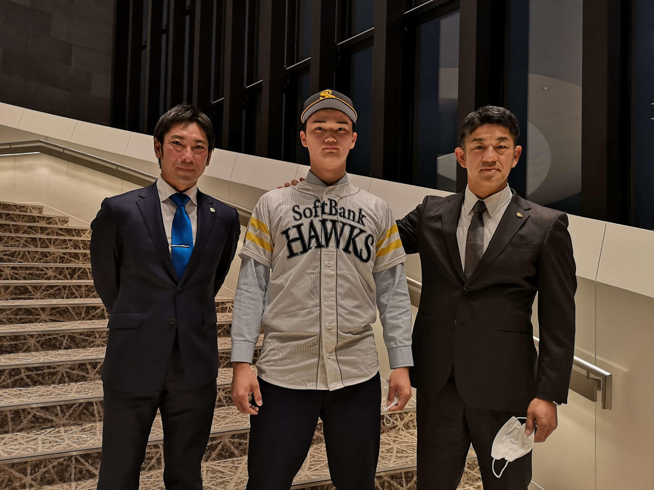 ソフトバンクと仮契約したドラフト5位の田上奏大(中央)。左は稲嶺誉スカウト、右は福山龍太郎アマスカウトチーフ