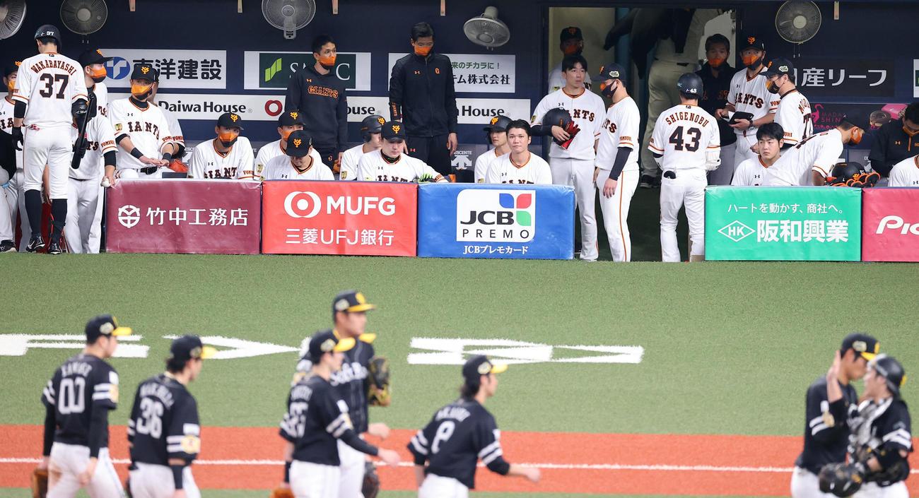 巨人対ソフトバンク 連敗した巨人坂本(中央右)は喜ぶソフトバンクナインを見つめる(撮影・垰建太)