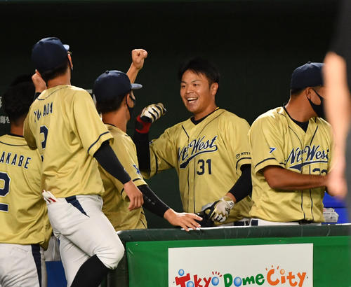 東芝対NTT西日本 4回裏NTT西日本無死、西川(右から2人目)は左中間に本塁打を放ちナインとハイタッチする(撮影・柴田隆二)