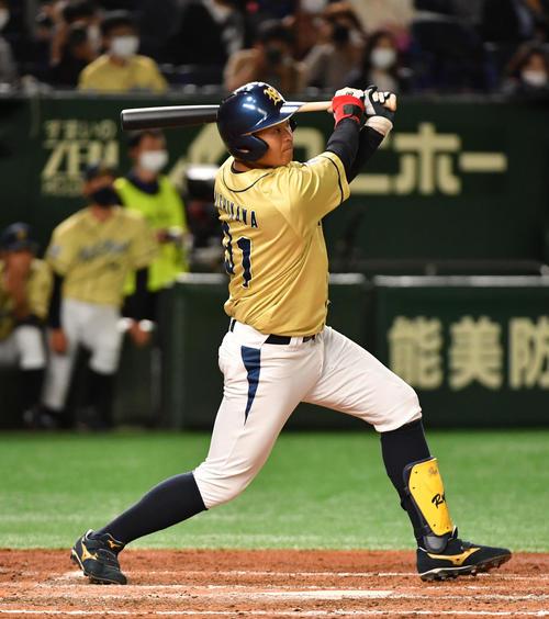 東芝対NTT西日本 5回裏NTT西日本2死満塁、西川は右越えに走者一掃の二塁打を放つ(撮影・柴田隆二)