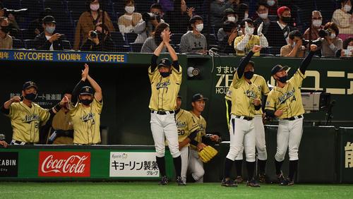 東芝対NTT西日本 5回裏NTT西日本2死満塁、西川の右越えに走者一掃の二塁打でし盛り上がるナイン(撮影・柴田隆二)