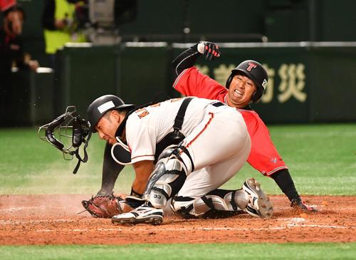 ENEOS対東邦ガス 4回裏東邦ガス無死一塁、若林の右越え安打で一塁走者上内が本塁を突くがアウトになる。捕手柏木(撮影・柴田隆二)