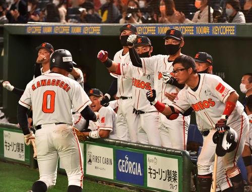 ENEOS対東邦ガス 8回表ENEOS2死一、二塁、小豆沢の左中間適時二塁打で一塁走者川口が生還しナインの出迎えを受ける(撮影・柴田隆二)