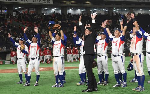 日本生命対ホンダ鈴鹿 勝利したホンダ鈴鹿ナインはバンザイする(撮影・柴田隆二)