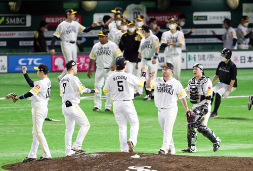 Softbank vs.  Giant Somersault in the outfield while practicing (photographed by Ya Kato)