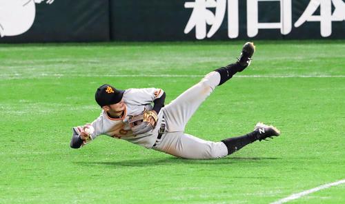 Softbank vs.  Giant 3rd inning Softbank 2 died, Nao Yoshikawa throws Shuto's hit ball to first base (photographed by Ya Kato)