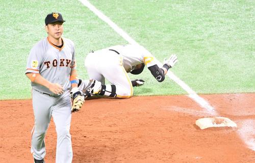 Japan Series Softbank vs.  Giant Round 3 6th inning Softbank 2 Dead base, Hasegawa collapsing to Nigoro hitting the ground and regrets, Nakajima on the left (photographed by Shota Iwashita)